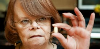 Eldre dame med kosttilskudd