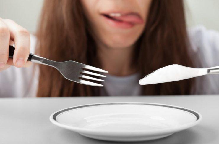 Kvinne har ingenting på tallerkenen