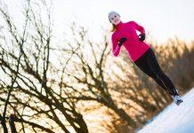 Kvinne trener utendørs om vinteren